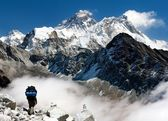 View of Everest from Gokyo with tourist on the way to Everest - Nepal — Zdjęcie stockowe