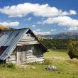 Woody chalet on the mountains with sky and clouds — Stock Photo