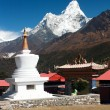 Stupa in Tengboche monastery with mount Ama Dablam on the way to Everest base camp  — Stock Photo