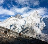 View of Everest and Nuptse from Kala Patthar with tourists — Stock Photo