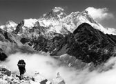 View of Everest from Gokyo with tourist on the way to Everest - Nepal — Stock Photo
