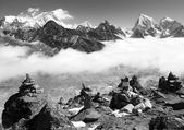 View of everest with stone mans from gokyo ri and clouds above ngozumba glacier — Stock Photo