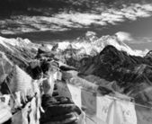 Black and white view of everest from gokyo ri with prayer flags and clouds - Nepal — Stock Photo