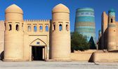 Wall of Itchan Kala (Ichon Qala) - west gate (Ata Darvoza) - Khiva (Chiva, Heva, Xiva, Chiwa, Khiveh) - Xorazm Province - Uzbekistan - Town on the silk road — Stock Photo