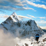 Beautiful view of Ama Dablam with tourist and beautiful clouds - Sagarmatha national park - Khumbu valley - Trek to Everest base camp - Nepal — Stock Photo