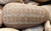 Mani vägg och stenar med buddhistiska symboler — Stockfoto