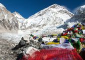 Everest base camp, khumbu gletsjer en gebedsvlaggen - nepal — Stockfoto