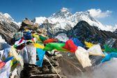 Vista do everest de gokyo ri com bandeiras de oração - nepal — Foto Stock