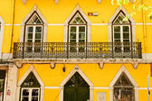 Traditional Lisbon window. Portuguese style of building fasades, decor of balconys fnd design of the window — Foto de Stock