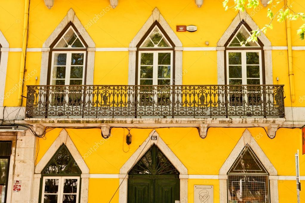 Ventana tradicional de lisboa. estilo portugués de la construcción ...