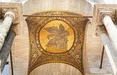 Mosaico dorado y columnas de mármol en la fachada de la Catedral de san marco, Venecia, Italia — Foto de Stock