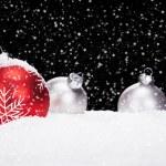 bolas de Natal de vermelho e prata na neve — Foto Stock