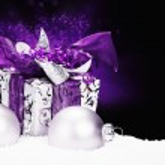 Navidad púrpura presente en la nieve — Foto de Stock