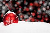 červená vánoční koule sněhu — Stock fotografie