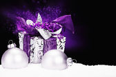 Purple christmas present in snow — ストック写真