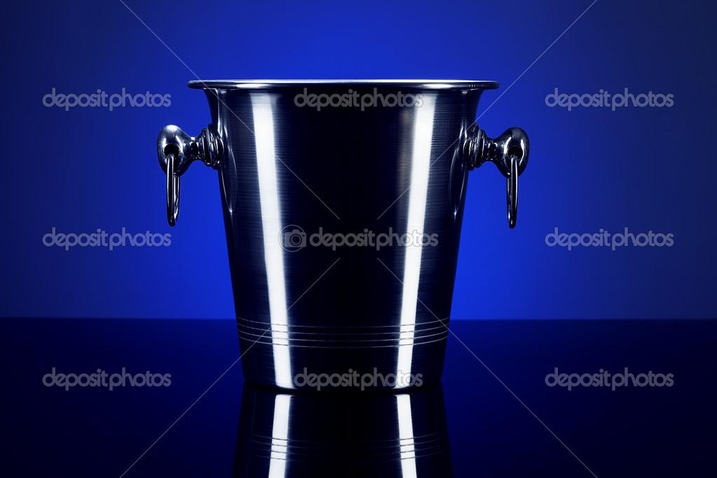 在镜子上的空香槟桶