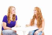 Bir kahve masada oturan ciddi konuşan kadın — Stok fotoğraf