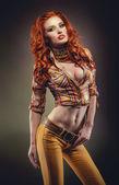 выстрел мода женщины сексуальная рыжая в стильный прикид — Стоковое фото