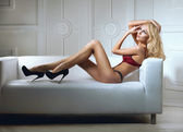 Sexy vrouw in lingerie in bed — Stockfoto