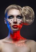 Vrouw met creatieve make-up en haarstijl — Stockfoto