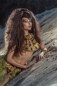 Oosterse vrouw in etnische kostuum in woestijn — Stockfoto