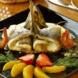 Dorado in sour cream sauce with shrimps and fruits — Stock Photo
