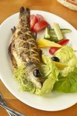 Grilled sea bass with fresh vegetables — Stock Photo