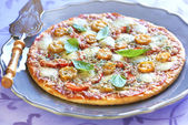 Pizza with pepperoni, tomatoes, pepper and mozzarella — Stock Photo