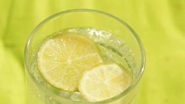 炭酸水とレモンのリフレッシュメント背景のガラス — ストックビデオ