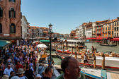 16. Jul 2012 - Large crowds of peoples under the bridge Rialto Bridge in Ve — Stock Photo