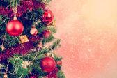 Boules de noël rouges sur fond d'arbre — Photo
