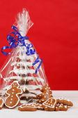 Albero di natale pan pepato su sfondo rosso — Foto Stock