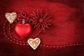 Valentijn hart met bloem op rode achtergrond — Stockfoto