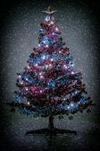 Kar taneleri ile noel ağacı renk tonlu — Stok fotoğraf