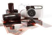Analogt fotokamera och färg negativa filmer — Stockfoto