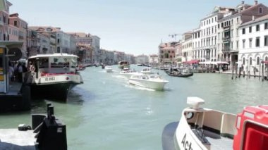 A lot of traffic on the Grand Canal on July 16, 2012 in Venice — Stock Video