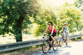 Mother with sons on bicycle trip — Stock Photo