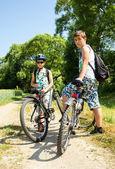 Två tonåringar avkopplande på en cykeltur — Stockfoto