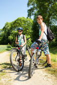 Two teenagers relaxing on a bike trip — Stock Photo