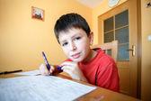 Niño haciendo la tarea escolar — Foto de Stock