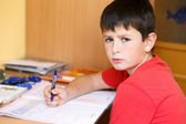 累和无聊的男孩做学校功课 — 图库照片