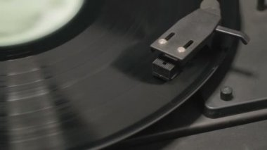 Detail of vintage record player with spinning vinyl. Shallow focus — Stock Video