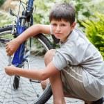 Teenager repairing his bike, changing broken tyre — Stock Photo