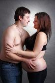 Amour couple heureux, une femme enceinte avec son mari — Photo