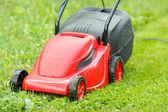 Nowe kosiarki na zielonej trawie — Zdjęcie stockowe