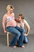 Kärleksfull lyckligt par, leende gravid kvinna med maken — Stockfoto