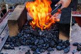Fornace di fabbro con carboni di masterizzazione — Foto Stock