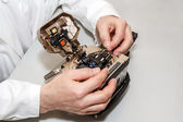 Working with fiber optic fusion splicer — Stock Photo