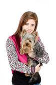 Usměvavá mladá dívka s ní pet yorkshire — Stock fotografie