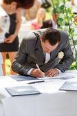 Certificado de assinatura do noivo no parque — Fotografia Stock